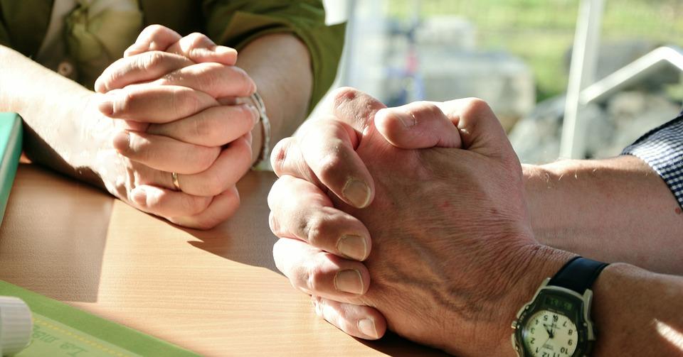 Irmãos em Cristo, orando, Ajuda mútua. A igreja é um corpo; o corpo de Cristo. Disciplina Bíblica